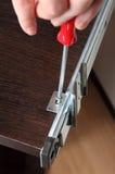 Zusammenbauende Möbel, hinteres brac Montage des Schubladenauszugs installierend Stockfotos