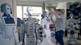 Zusammenbauende Roboter der jungen Ingenieure am Labor stock footage