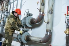 Zusammenbauende Rohre des industriellen Klempners, Ventile, Hähne im Wasserzirkulationsraum stockbild