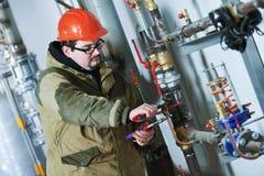 Zusammenbauende Rohre des industriellen Klempners, Ventile, Hähne im Wasserzirkulationsraum lizenzfreies stockbild
