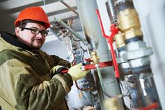 Zusammenbauende Rohre des industriellen Klempners, Ventile, H?hne im Wasserzirkulationsraum lizenzfreie stockfotografie