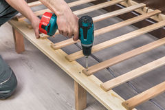Zusammenbauende schraubende Schrauben des Tischlers des Holzmöbels lizenzfreie stockfotos