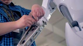 Zusammenbauender Roboter des Ingenieurs am Labor 4K stock video footage