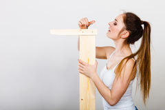 Zusammenbauendes Holzmöbel der Frau DIY Stockfotografie