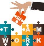 Zusammenbauendes Puzzlespiel der Geschäftsfrau mit Teamwork Stockfotografie