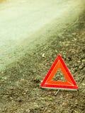 Zusammenbruch des Autos Rotes Warndreieckzeichen auf Straße stockfotos