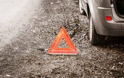 Zusammenbruch des Autos Rotes Warndreieckzeichen auf Straße lizenzfreie stockfotografie