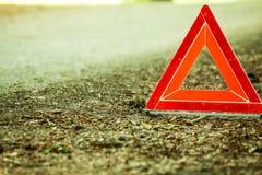 Zusammenbruch des Autos Rotes Warndreieckzeichen auf Straße stockfoto