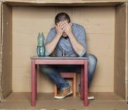 Zusammenbruch und Krise geführt zu Alkoholismus lizenzfreies stockfoto