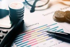 Zusammenfassender Bericht und Geschäftsausstattungsleitung finanziell auf Schreibtisch Stockfotografie