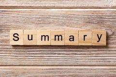 ZUSAMMENFASSENDES Wort geschrieben auf hölzernen Block Zusammenfassender Text auf Tabelle, Konzept Lizenzfreies Stockbild