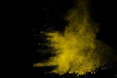 Zusammenfassung der gelben Pulverexplosion auf schwarzem Hintergrund Gelbes Pulver splatted Isolat Farbige Wolke Farbiger Staub e lizenzfreie stockfotos