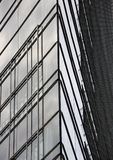 Zusammenfassung der modernen errichtenden Glaseckfassade Stockbild