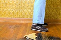 Zusammenfassung der Person stehend auf Retro- Boden 70s Lizenzfreie Stockbilder