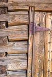 Zusammenfassung der Weinlese-Antiken-Blockhaus-Wand und der Tür mit Scharnier Stockbild