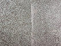 Zusammenfassung des reflektierenden Silbers deckt Wandbeschaffenheit mit Ziegeln Lizenzfreies Stockfoto