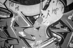 Zusammenfassung, eine Stadtmauer mit Graffiti in Schwarzweiss--, städtischem AR Stockbild