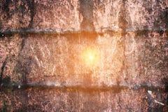 Zusammenfassung korrodierte bunten rostigen Metallhintergrund, rostiges Metall und Sonnenunterganglicht in der Mitte Stockbild