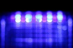 Zusammenfassung unscharfes purpurrotes bokeh auf schwarzem Hintergrund Lizenzfreies Stockfoto