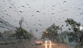 Zusammenfassung, Verkehr, Regen-Tropfen auf dem Fenster Stockbild