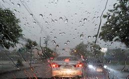 Zusammenfassung, Verkehr, Regen-Tropfen auf dem Fenster Lizenzfreie Stockfotos
