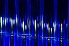 Zusammenfassung: Vertikale Streifen des blauen und weißen Lichtes, das einen faszinierenden Hintergrund bildet Stockfotografie