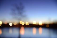 Zusammenfassung von Lichtern über dem Wasser Stockfotos