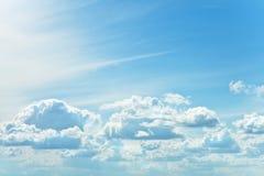 Zusammenfassungshintergrund des bewölkten Himmels Stockfotografie