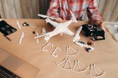 Zusammengebautes Brummen in den männlichen Händen, diy aero Modell Lizenzfreies Stockbild