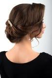 Zusammengebautes dunkles Haar der formalen Frisur verziert mit einem Kamm in Form von Blättern, Ansichtprofil Lizenzfreie Stockfotos