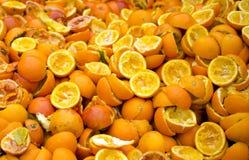 Zusammengedrückte Orangen auf dem Maastricht-Markt Lizenzfreies Stockbild