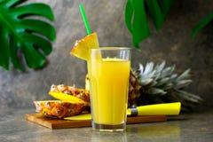 Zusammengedrückter Saft der Ananas frisch in einem Glas Stockfotos