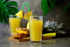 Zusammengedrückter Saft der Ananas frisch in zwei Gläsern Stockbild