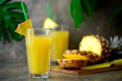 Zusammengedrückter Saft der Ananas frisch in zwei Gläsern Stockbilder