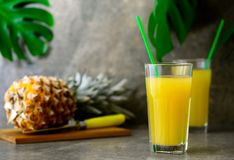 Zusammengedrückter Saft der Ananas frisch in zwei Gläsern Lizenzfreie Stockfotografie