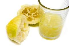 Zusammengedrückter Zitronensaft im Glas Stockfotografie