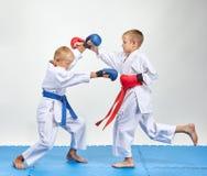 Zusammengepaßte Übung von Karate bilden Athleten mit Überlagerungen auf seinen Händen aus lizenzfreies stockfoto