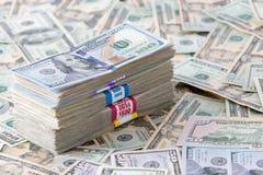 Zusammengerollte Dollarbanknoten, verschiedene Bezeichnungen Stockbild