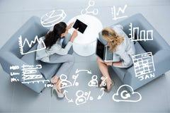 Zusammengesetzte BildGeschäftsfrauen, die Tablette und Computer verwenden stockbild