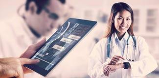 Zusammengesetztes Bild asiatischen Doktors, der ihre intelligente Uhr verwendet Lizenzfreies Stockfoto