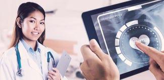 Zusammengesetztes Bild asiatischen Doktors Klemmbrett halten Lizenzfreies Stockbild