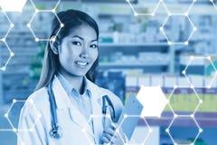 Zusammengesetztes Bild asiatischen Doktors Klemmbrett halten Lizenzfreies Stockfoto