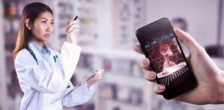 Zusammengesetztes Bild asiatischen Doktors zeigend mit Stift Stockbilder