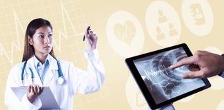 Zusammengesetztes Bild asiatischen Doktors zeigend mit Stift Lizenzfreie Stockfotos