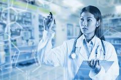 Zusammengesetztes Bild asiatischen Doktors zeigend mit Stift Lizenzfreie Stockbilder