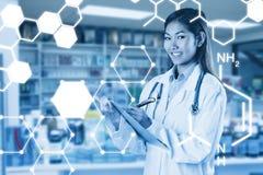 Zusammengesetztes Bild asiatischen Doktorschreibens auf Dateien Stockfotos