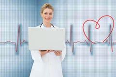 Zusammengesetztes Bild blonden Doktors, der Laptop verwendet Stockfoto