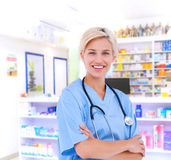 Zusammengesetztes Bild blonden Doktors lächelnd an der Kamera Stockbilder