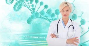 Zusammengesetztes Bild blonden Doktors lächelnd an der Kamera Lizenzfreies Stockfoto