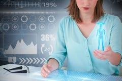 Zusammengesetztes Bild 3d der Geschäftsfrau sitzend am Schreibtisch und digitalen Schirm verwendend Lizenzfreies Stockfoto